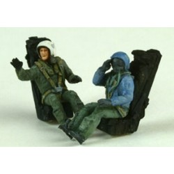 2 French Pilots Sitting Plastic Kit 1/72